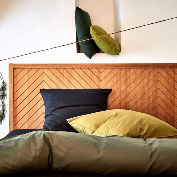 agrandir une tete de lit en bois pour rendre la chambre plus chaleureuse