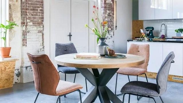 une table conviviale dans la salle a