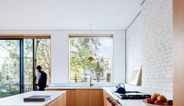 cuisine devant fenetre baie vitree