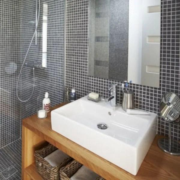 salle de bains en gris ou noir