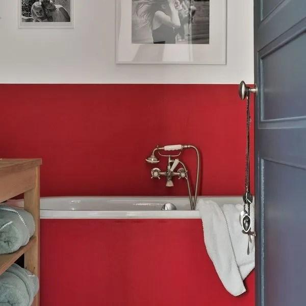 du rouge dans la salle de bains 10
