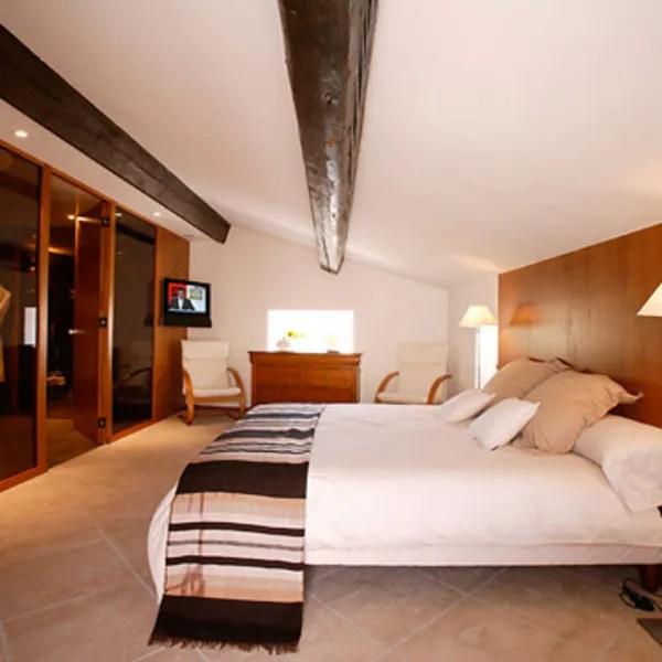 agrandir une chambre au look moderne et boise
