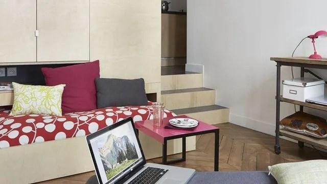 habiter un studio impose de maitriser l art de l optimisation de l espace rangements astucieux petite cuisine bien amenagee salle de bains avec douche