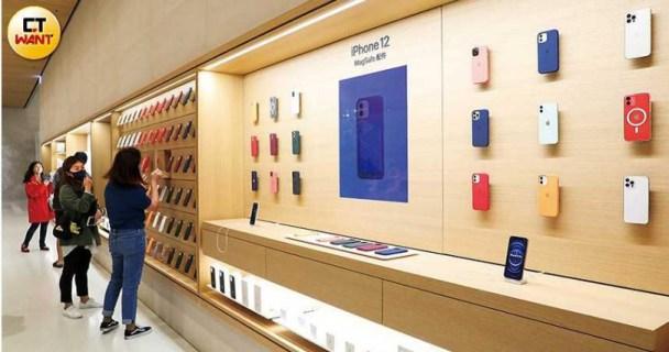位於台北信義A13的Apple直營店,擁有數量最多的iPhone手機殼供「果迷」挑選,並提供現場試裝服務。(圖/王永泰攝)