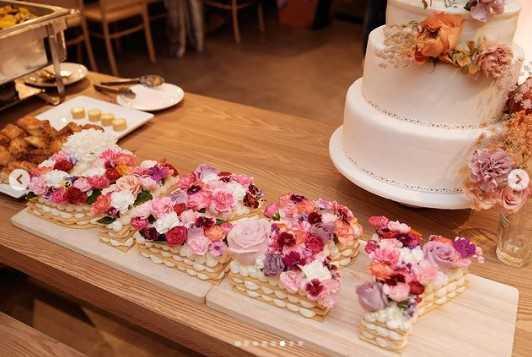 王阳明准备了一个花蛋糕,上面写着他妻子的英文名字。  (照片/来自Instagram的反转/ dizzydizzo)