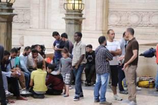 migranti alla stazione centrale a milano 9