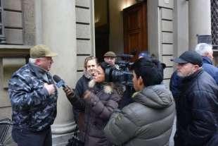 protesta dei risparmiatori davanti banca etruria 3