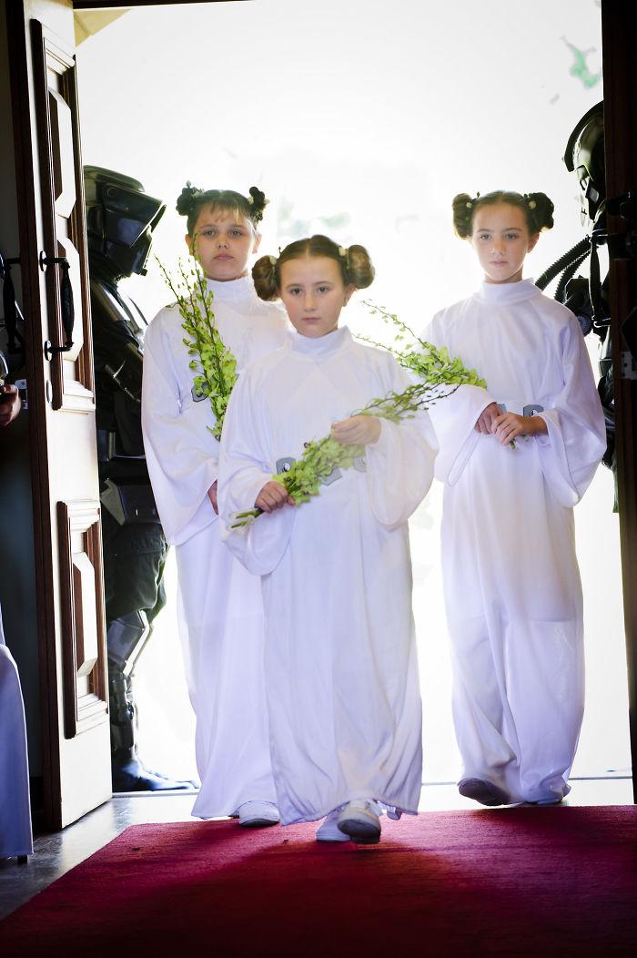 5df743dabd465 star wars wedding cory carrie shields 5df2383fcecbc  700 - Casal teve um casamento com o tema Star Wars