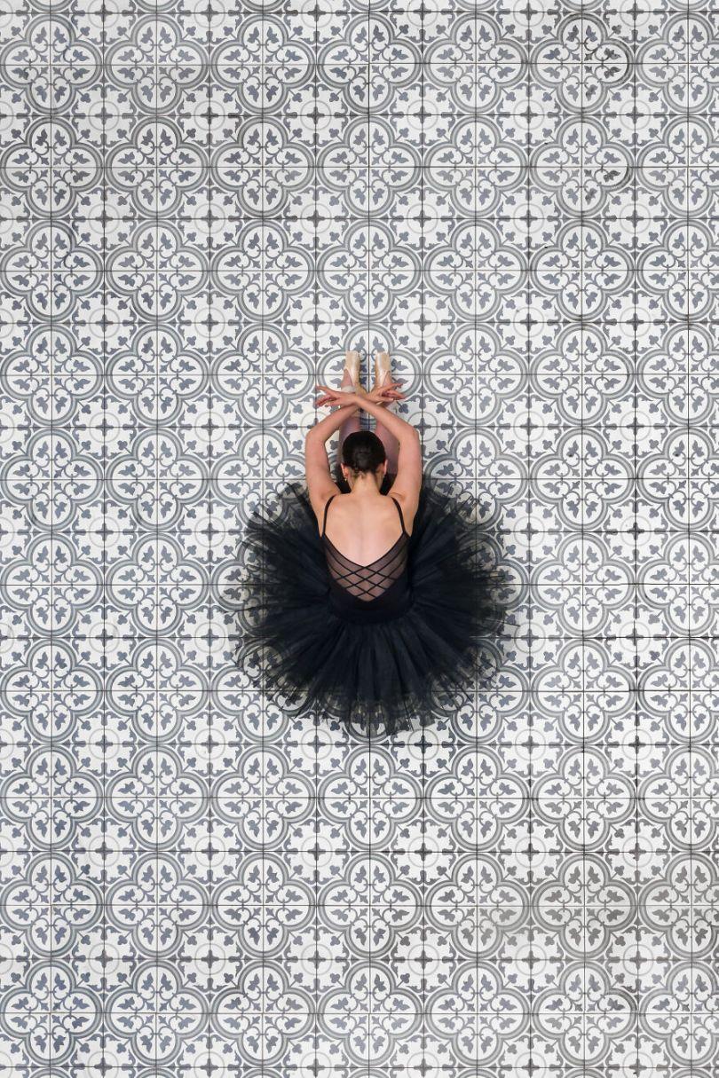 5fa8f9156f486 EB 2 9 5f9e0a1263ff3  880 - 12 fotos hipnotizantes de bailarinas vistas de cima, capturadas por Brad Walls