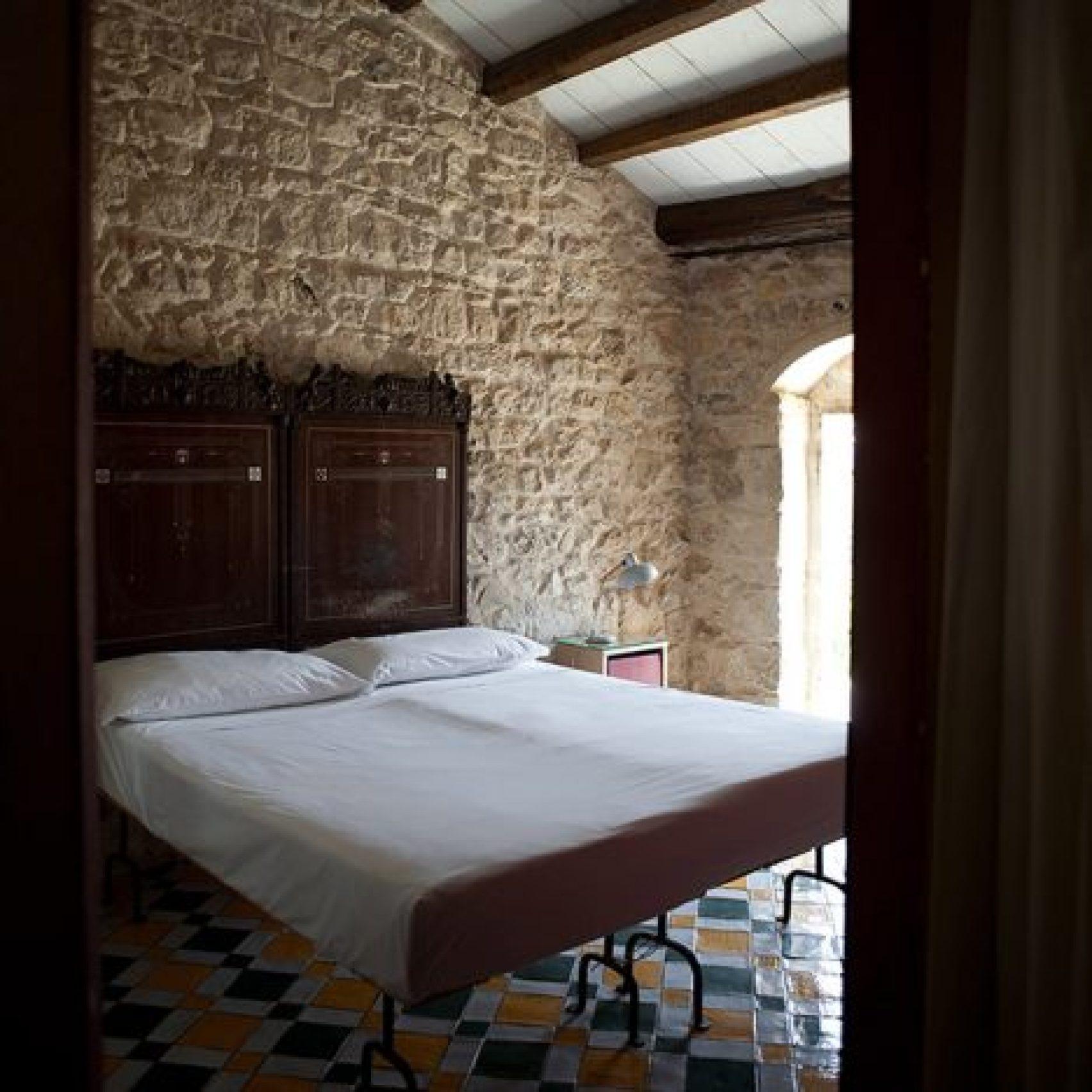 hotel-room-interiors-dezeen-pinterest-boards_dezeen_1704_col_12