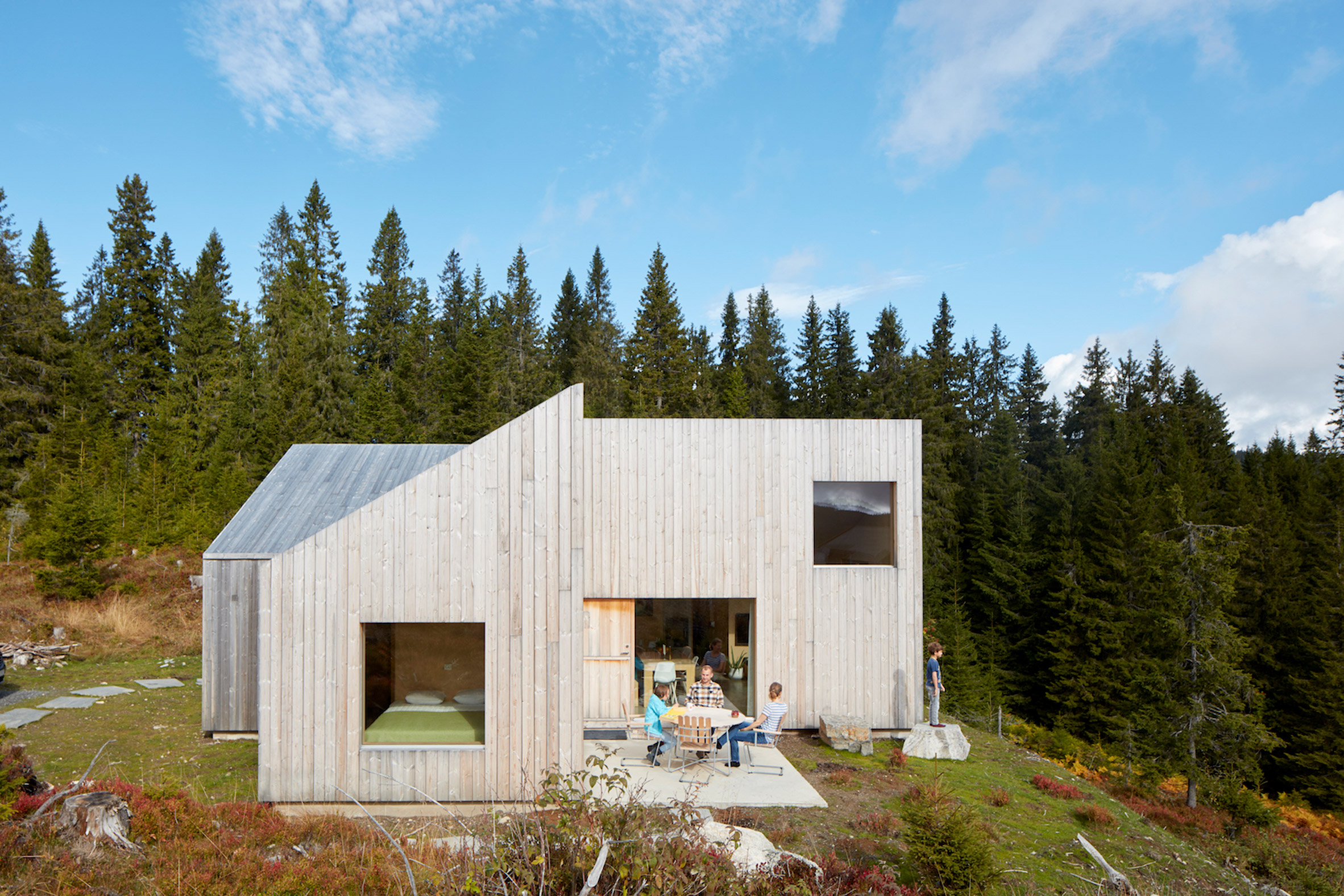 """Mork-Ulnes Architects completes timber-clad house with a """"pinwheel plan"""" in a Norwegian forest"""
