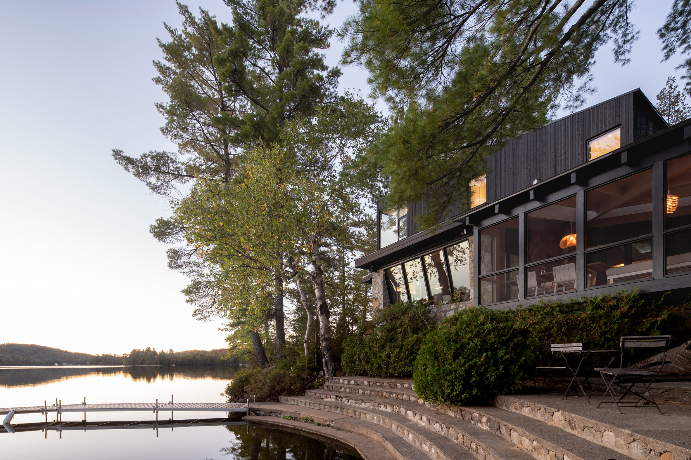 Extension to a cabin by a lake in Quebec