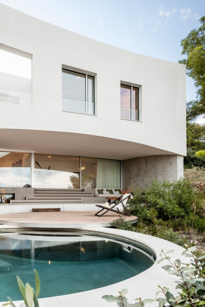 Curved house has a circular pool