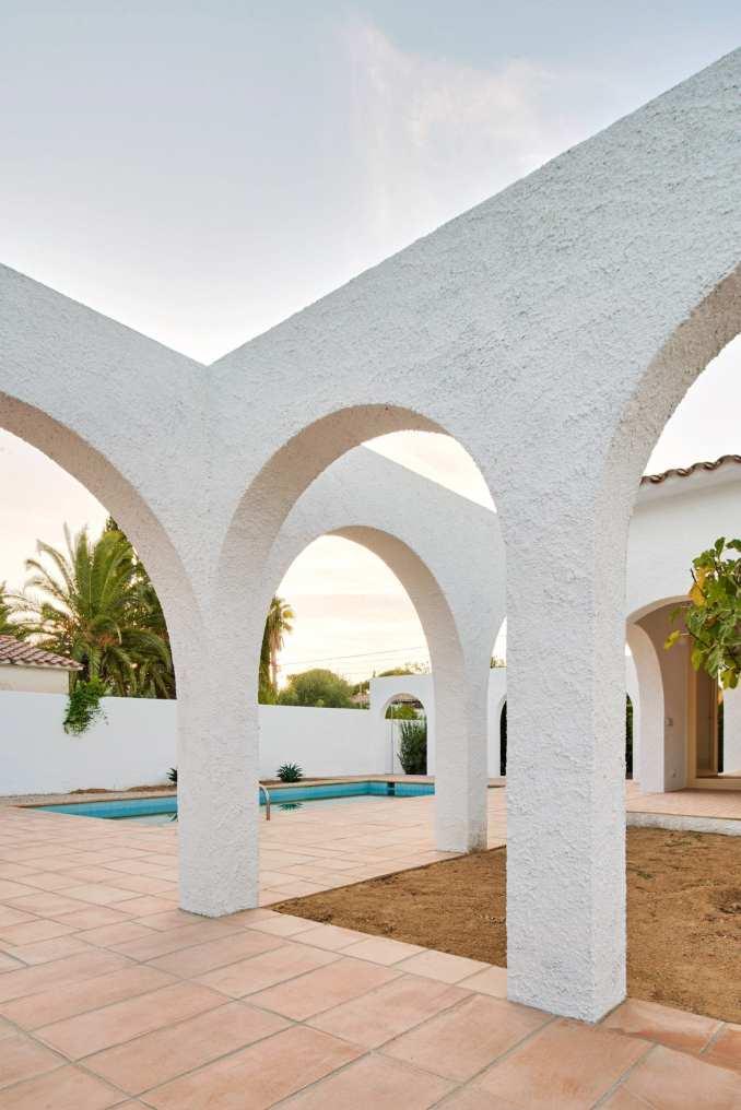 Las 3 Marías has textured white walls