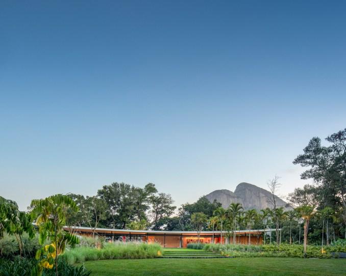Asa House by Bernardes Arquitetura Rio landscape