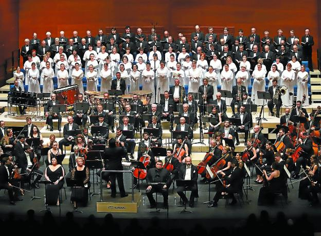 El Orfeón Donostiarra y la OSE, en plena actuación ayer en el Kursaal donostiarra. /  ARIZMENDI
