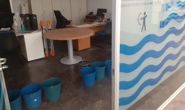 Several buckets collect water from the leaks that arose at the headquarters of the Gipuzkoan archery federation yesterday morning.