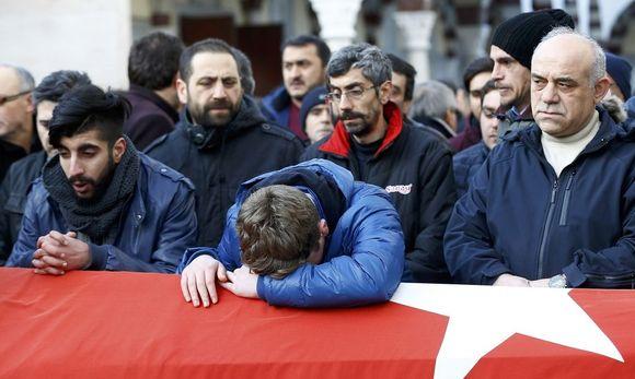 Stille Trauer und Verzweiflung bei Angehörigen eines der Opfer des Anschlags in Istanbul an dessen Sarg. / Bild: REUTERS