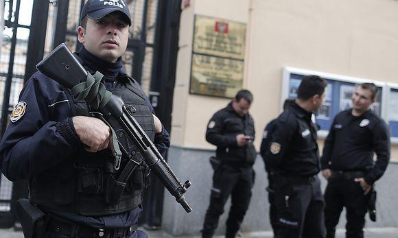 Die türkische Polizei ist in Alarmbereitschaft - hier vor dem russischen Konsulat in Istanbul.