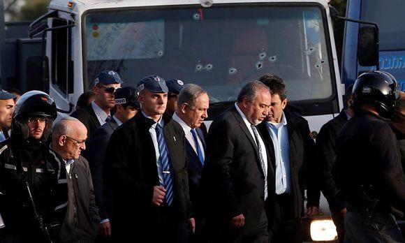 Israels Premierminister, Benjamin Netanjahu, am Schauplatz des Attentats mit einem Lkw in Jerusalem. / Bild: (c) REUTERS (RONEN ZVULUN)
