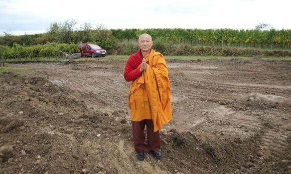 """Mönch Sunim will mit dem Stupa am Wagram """"allen Menschen und Religionen Frieden bringen"""". / Bild: (c) Stanislav Jenis"""