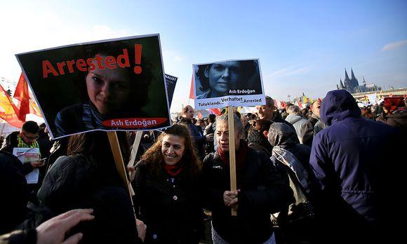 Demonstrationen für die international bekannte Autorin. / Bild: APA/dpa/Oliver B