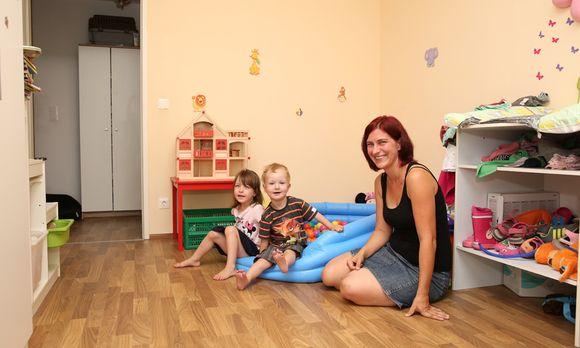 Carmen Kuntner mit ihren beiden Kindern Lea und Jonas. Beide kamen lebensgefährlich krank auf die Welt, sind jetzt aber weitgehend gesund. / Bild: (c) Stanislav Jenis