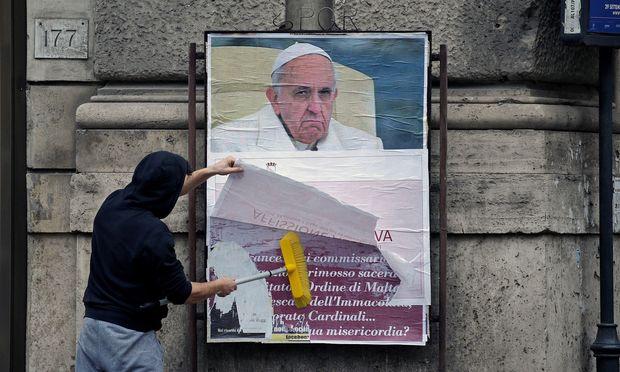 Papst mit grimmigem Blick samt Schelte gegen ihn: 200 dieser Plakate wurden in Rom affichiert. – REUTERS
