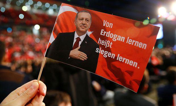 Eine Flagge während des Besuchs des türkischen Premiers Yildirim in Oberhausen. – REUTERS