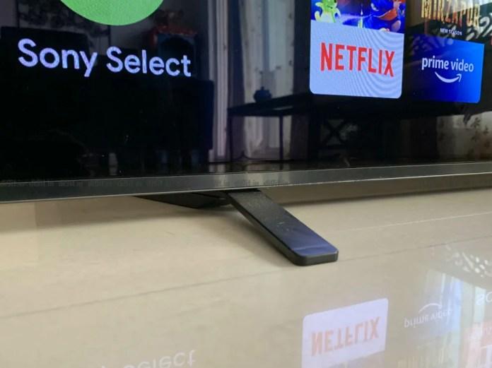 A frente dos pés do Sony A8H tem um design minimalista.