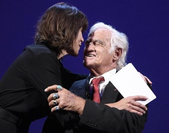 Софи Марсо награждава Жан-Пол Белмондо със Златния лъв
