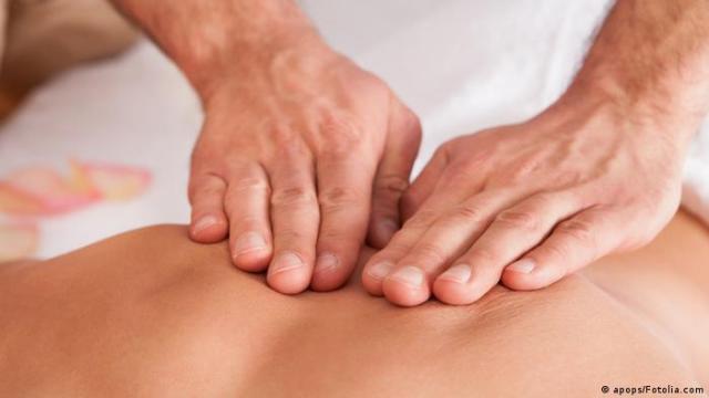 Duas mãos massageando as costas de alguém