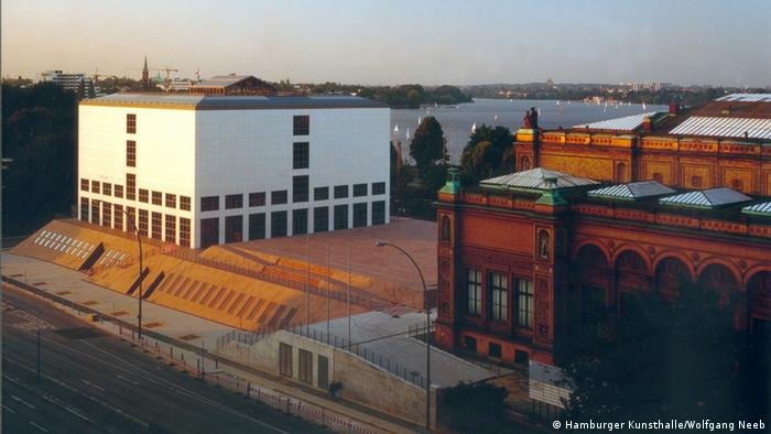 aerial view of white building on granite base (Foto: Hamburger Kunsthalle/Wolfgang Neeb).