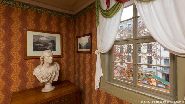 A bust of Friedrich Schiller in his old living space (picture-alliance/dpa/M. Reichel)