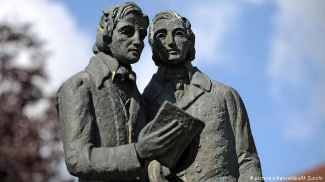 A memorial statue of the Grimm brothers in Kassel (picture-alliance/dpa/U. Zucchi)