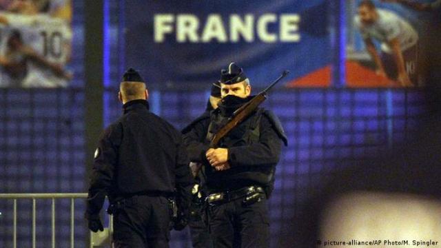 Полицейские у стадиона Стад де Франс (Stade de France)