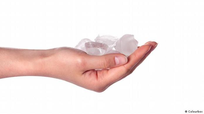 Woman's hand with ice cubes (Colourbox)