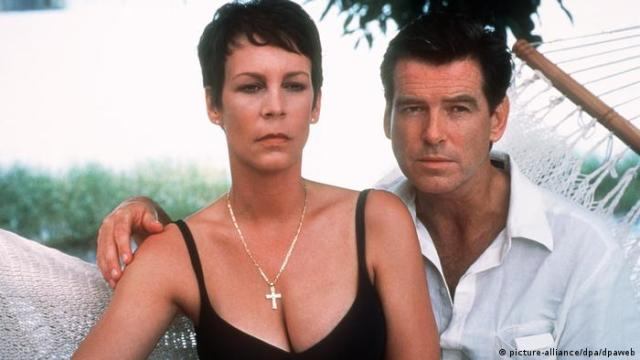 A still from the movie The Tailor of Panam featuring Jamie Lee Curtis and Pierce Brosnon (picture-alliance/dpa/dpaweb)