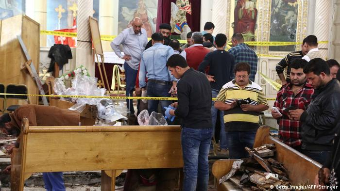 Coptic Christians survey Tanta attack, Palm Sunday (Getty Images/AFP/Stringer)