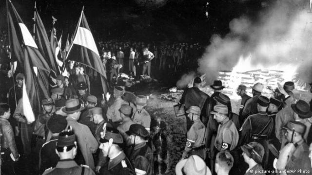 Nazi supporters and troops gather around a fire where they burned books considered un-German on May 10, 1933 (picture-alliance/AP Photo)