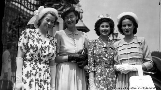 Judith Kerr stands with three other ladies outside Buckingham Palace (picture-alliance/TopFoto/United Archives)