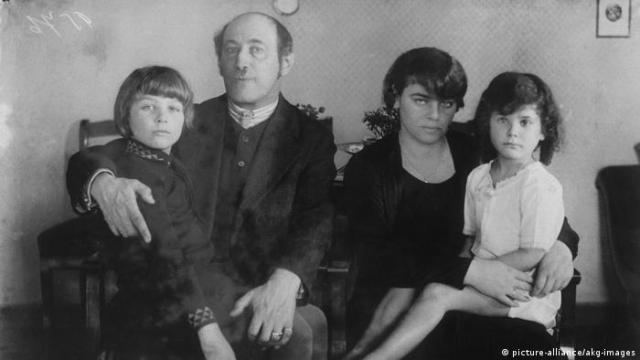 Michael Kerr, Alfred Kerr, Julia Kerr and Judith Kerr in a family photo from 1920 (picture-alliance/akg-images)