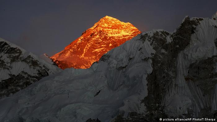 Himalaya - start of the season for extreme mountaineers (picture alliance / AP Photo / T.Sherpa)