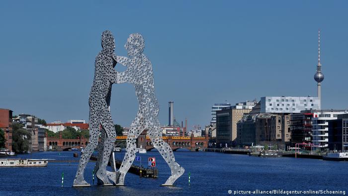 Berlin's Molecule Man sculpture with TV Tower in background (picture-alliance/Bildagentur-online/Schoening)
