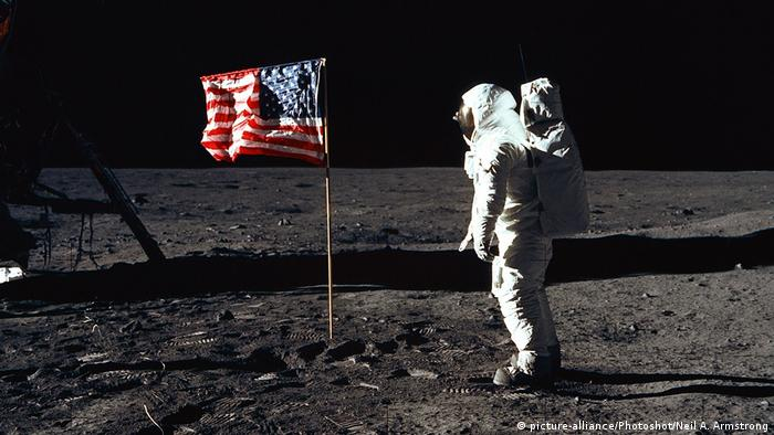 Buzz Aldrin in front of the US flag on the moon (picture-alliance/Photoshot/Neil A. Armstrong)