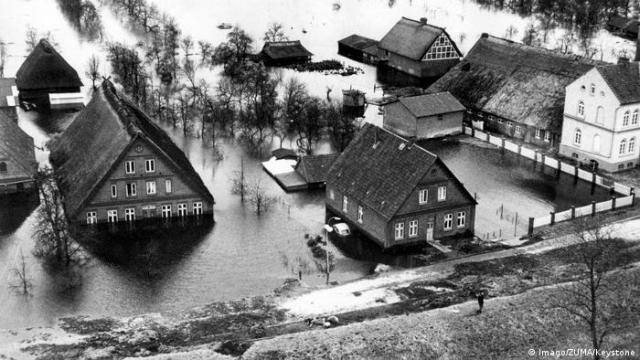 In 1962 the coastal regions of Germany and in particular around the city of Hamburg were flooded. From February 16 to February 17 a total of about 60,000 homes were destroyed and the death toll amounted to 315 in Hamburg alone (Imago/ZUMA/Keystone)