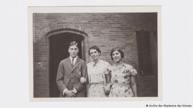 Michael, Julia an Judith Kerr stand outside a brick building sometimes between 1935-1940 (Archiv der Akademie der Künste)