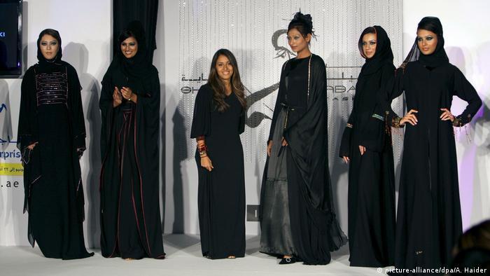 Women wearing various abaya at an Arab fashion show (picture-alliance/dpa/A. Haider)