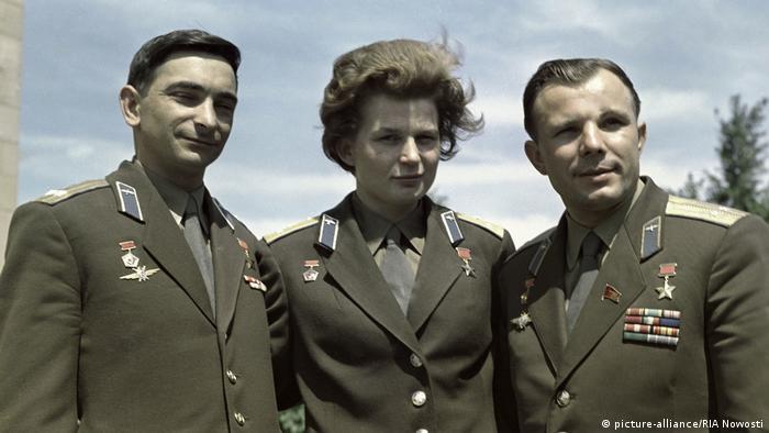Valentina Tereshkova among two other cosmonauts: Yuri Gagarin and Valeri Bykovsky (picture-alliance/RIA Nowosti)
