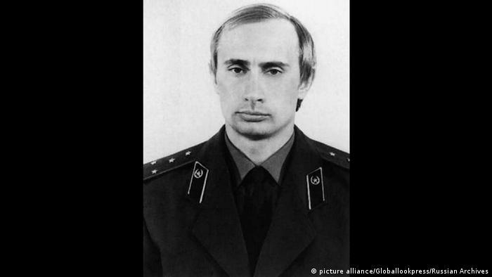 Vladimir Putin con un uniforme de la KGB.